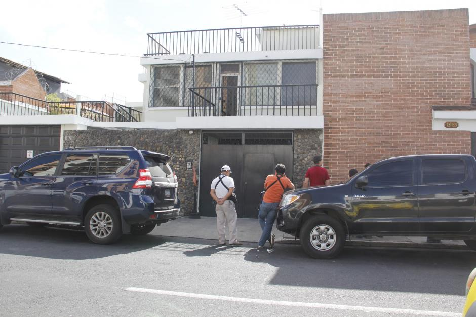 Desde las primeras horas del sábado, la casa del exgeneral José Efraín Ríos Montt estuvo custodiada por fiscales del MP, la PDH, PNC y Cruz Roja en espera de trasladar al exmilitar hacia el hospital Federico Mora. (Foto: Fredy Hernández/Soy502)