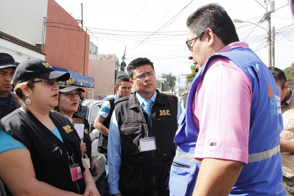 Elementos de la PDH conversan con los fiscales del MP antes de efectuar el traslado.(Foto: Fredy Hernández/Soy502)