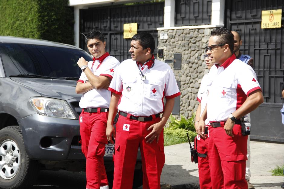 Enfermeros de la Cruz Roja acompañaron al MP para efectuar el traslado hacia la zona 18.(Foto: Fredy Hernández/Soy502)