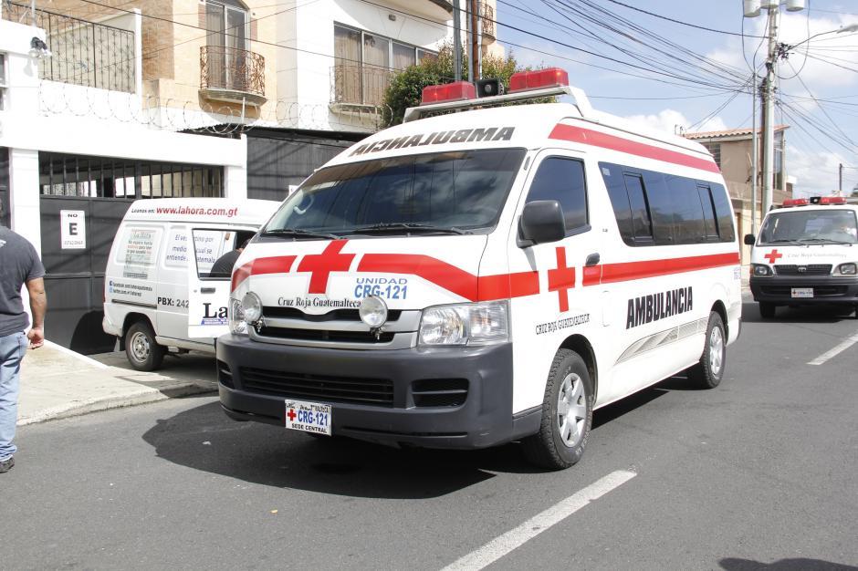 La ambulancia de la Cruz Roja estuvo a las afueras del hogar de Ríos Montt a la espera de ejecutar el traslado.(Foto: Fredy Hernández/Soy502)