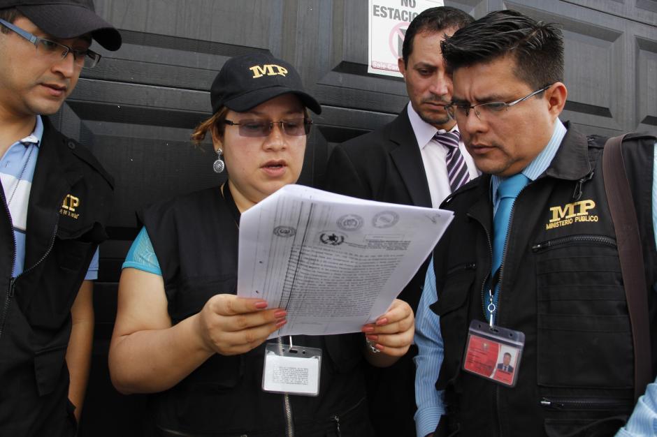 Los fiscales del MP leen la copia del recurso presentado por la defensa de Efraín Ríos Montt.(Foto: Fredy Hernández/Soy502)