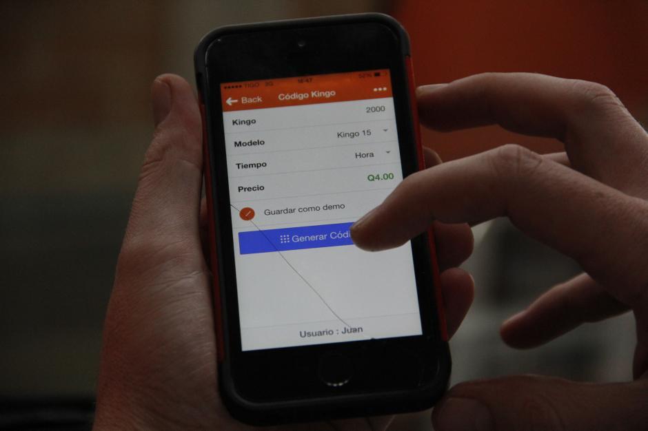 Las personas pueden solicitar recargas en la tienda del pueblo a través de una aplicación para este fin. La empresa dota de un smartphone a los tenderos. (Foto: Fredy Hernández/Soy502)