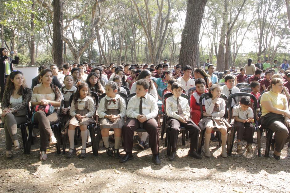 Varios estudiantes presenciaron el festival musical en el bosque de hormigo de la zona 2. (Foto: Fredy Hernández/Soy502)