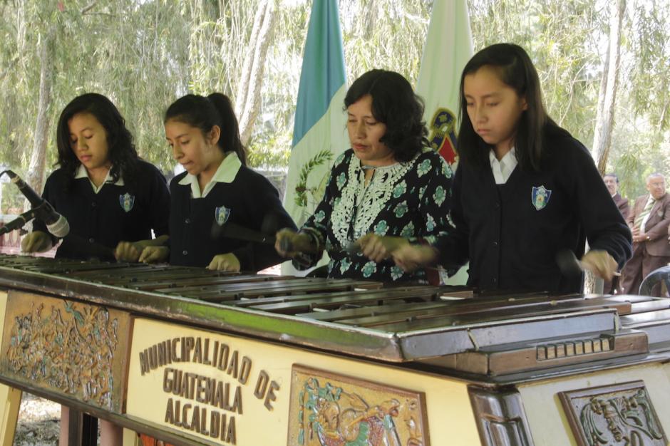 Las alumnas del INCA demostraron su talento en el instrumento nacional. (Foto: Fredy Hernández/Soy502)