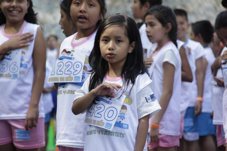 Antes de empezar con la diversión, los chicos entonaron el Himno Nacional con mucho amor y respeto por su patria.(Foto: Fredy Hernández/Soy502)