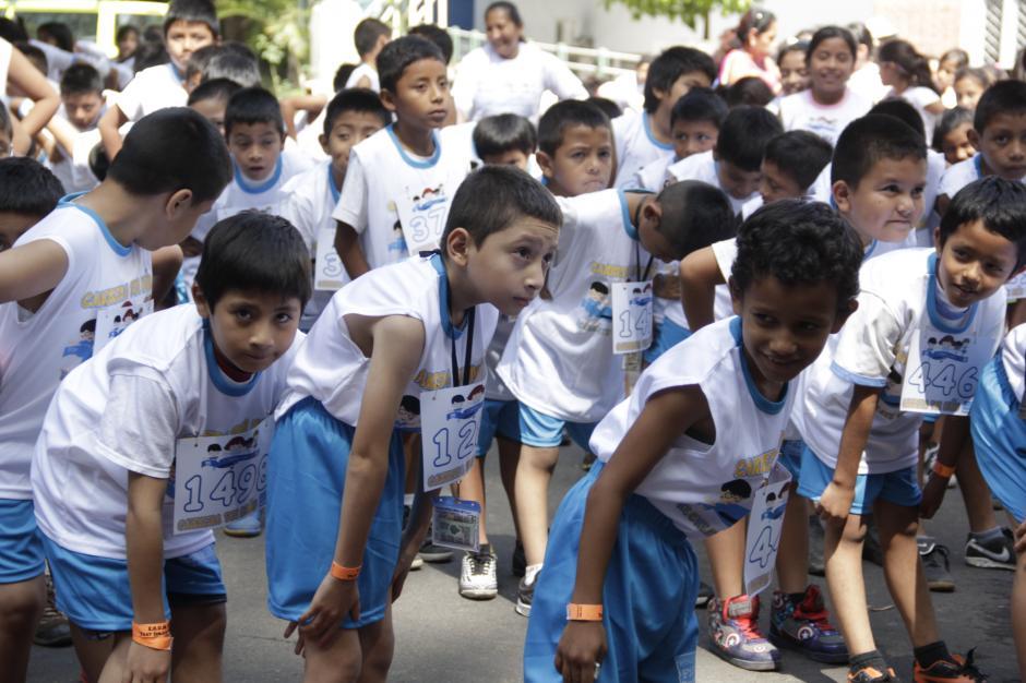 Antes de empezar la competencia, los niños estiraron sus músculos para no sufrir alguna lesión durante la competencia.(Foto: Fredy Hernández/Soy502)