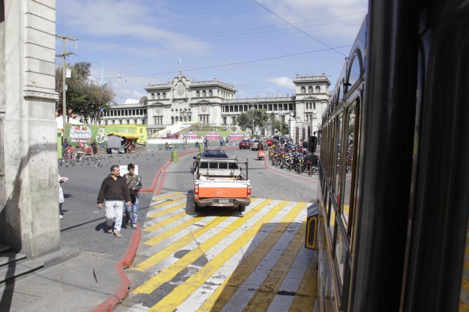 Los pasajeros pueden conocer detalles sobre los edificios más representativos del Centro Histórico. (Foto: Fredy Hernández/Soy502)