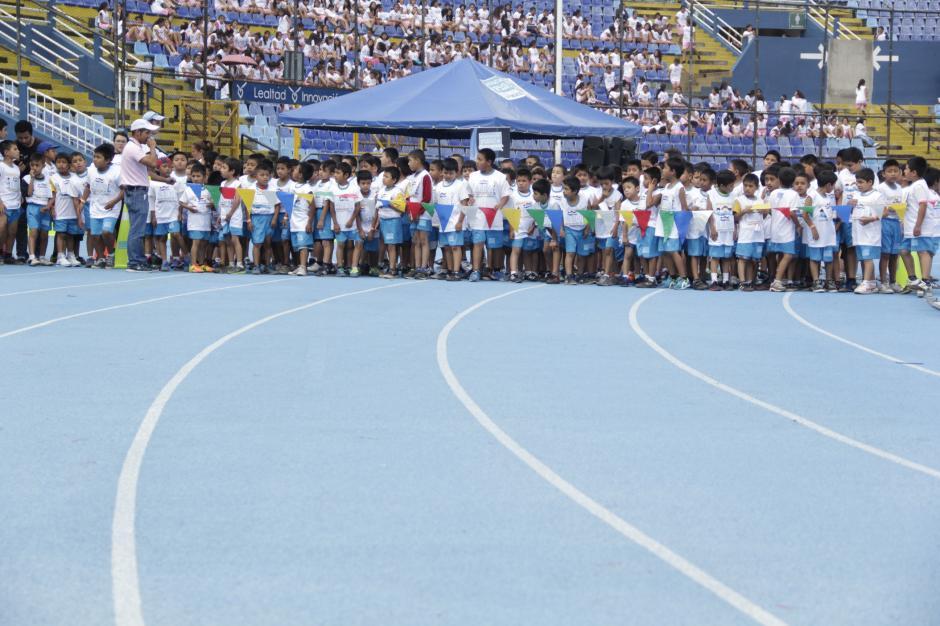 La pista del estadio nacional Mateo Flores fue el mejor escenario para que los pequeños se divirtieran corriendo.(Foto: Fredy Hernández/Soy502)