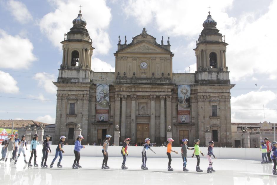 La Catedral Metropolitana sirve de fondo para la pista de hielo. (Foto: Fredy Hernández/Soy502)