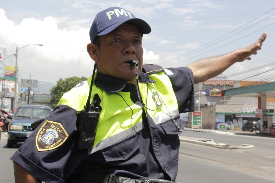 Mario César Gálvez es el ejemplo de superación personal. Ahora dirige el tráfico en Mixco. (Foto: Fredy Hernández/Soy502)