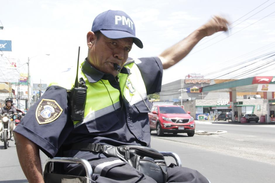 El agente 744 tiene dos semanas de dirigir el tránsito en Mixco. (Foto: Fredy Hernández/Soy502)