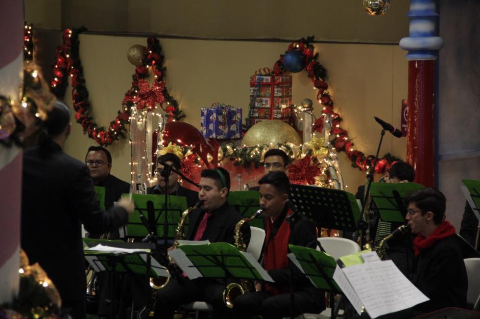 La orquesta sinfónica interpretó varios temas navideños. (Foto: Fredy Hernández/Soy502)