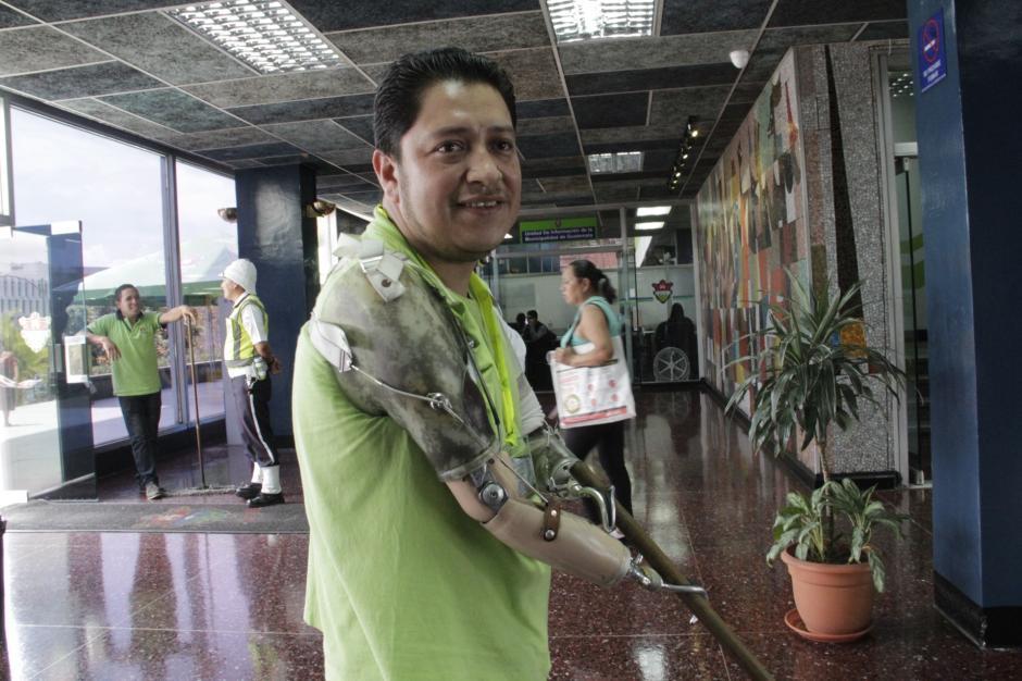 Héctor perdió sus brazos cuando un cable de alta tensión atrajo un hierro que sostenía. (Foto: Fredy Hernández/Soy502)