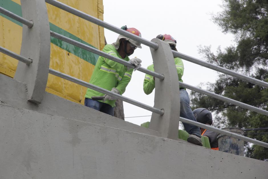 Los obreros realizan trabajos en distintos puntos del paso a desnivel antes de su retiro oficial del lugar. (Foto: Fredy Hernández/Soy502)