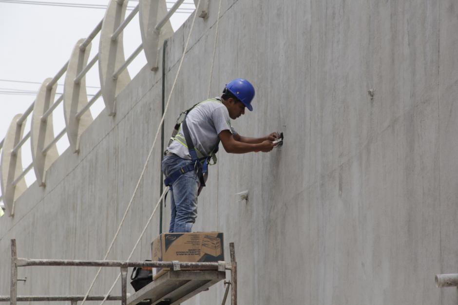 Los electricistas colocan las lámparas que iluminarán ese trayecto. (Foto: Fredy Hernández/Soy502)
