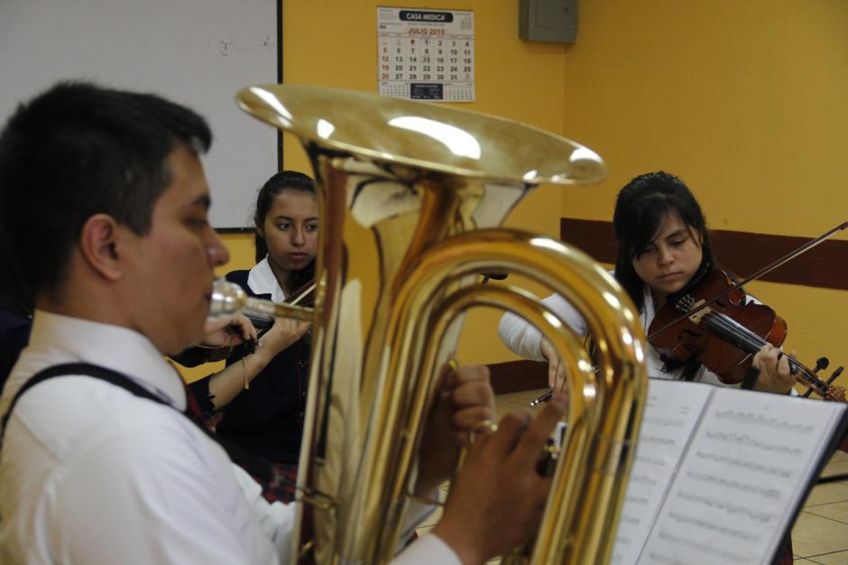 Jorge Vásquez le da un toque fuerte a la orquesta con su tuba.(Foto: Fredy Hernández/Soy502)