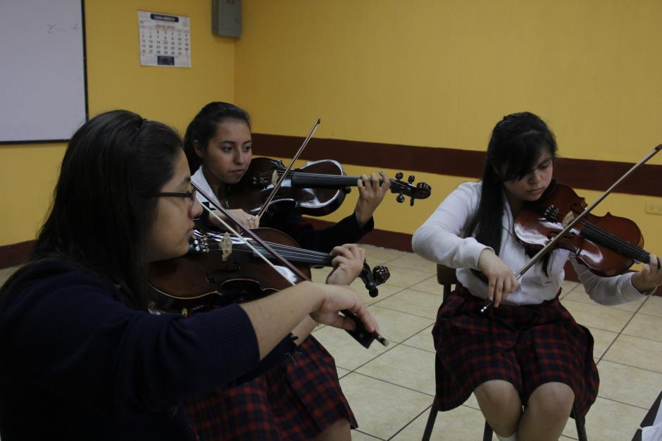 Alma Alvarado, Andrea Navarro y Linda Amador logran ejecutar con delicadeza los violines.(Foto: Fredy Hernández/Soy502)