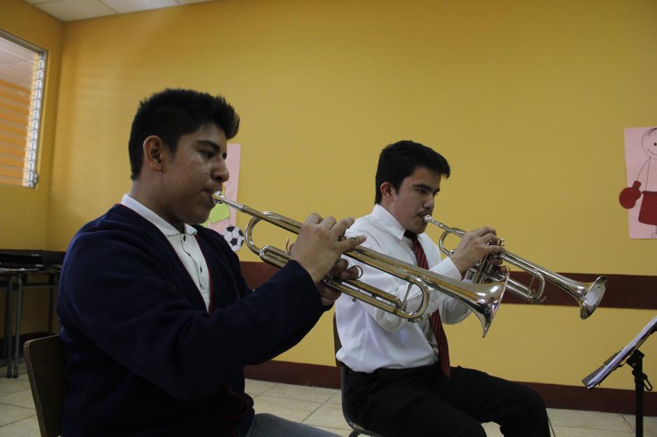 Diego Cortez y Moises Vasquez le dan vida a las trompetas con sus interpretaciones.(Foto: Fredy Hernández/Soy502)