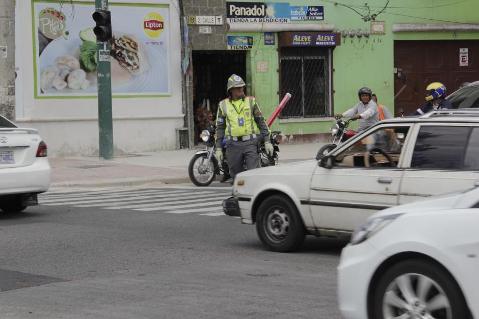 Los agentes de la Policía Municipal de Tránsito han colaborado en el sector para agilizar el tráfico. (Foto: Fredy Hernández/Soy502)