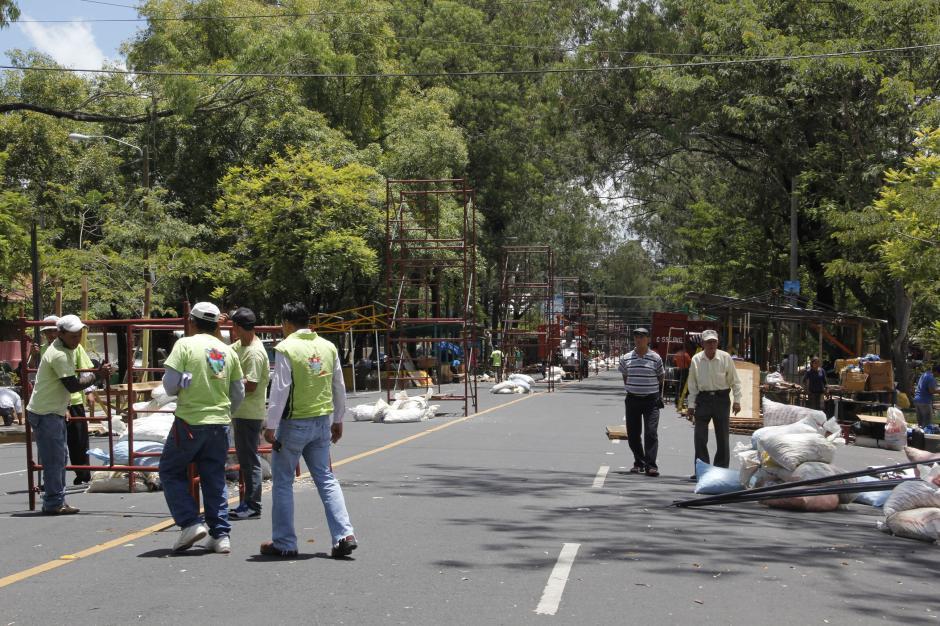 Los trabajadores municipales y vendedores se encuentran trabajando para la apertura de la feria de Jocotenango este fin de semana. (Foto: Fredy Hernández/Soy502)