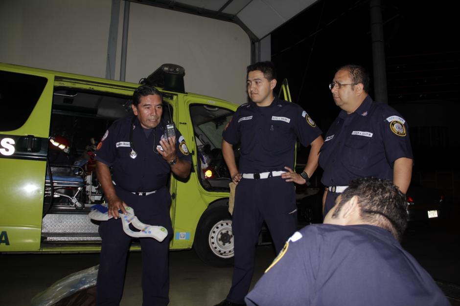 Luis Felipe (izquierda) trabaja en capacitar a los nuevos integrantes de los Bomberos Municipales. (Foto: Fredy Hernández/Soy502)