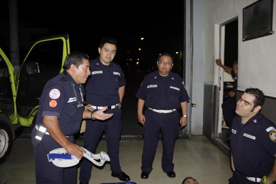 Luis Felipe Osegueda (izquierda) da un curso a sus compañeros en la estación de la zona 10 de Bomberos Municipales. (Foto: Fredy Hernández/Soy502)