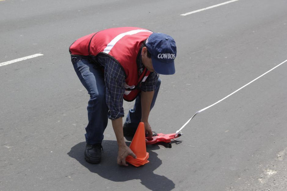 Los técnicos hicieron las mediciones pertinentes para monitorear la vibración que sufre el puente por el paso del tráfico sobre él. (Foto: María Olga Vega/Soy502)
