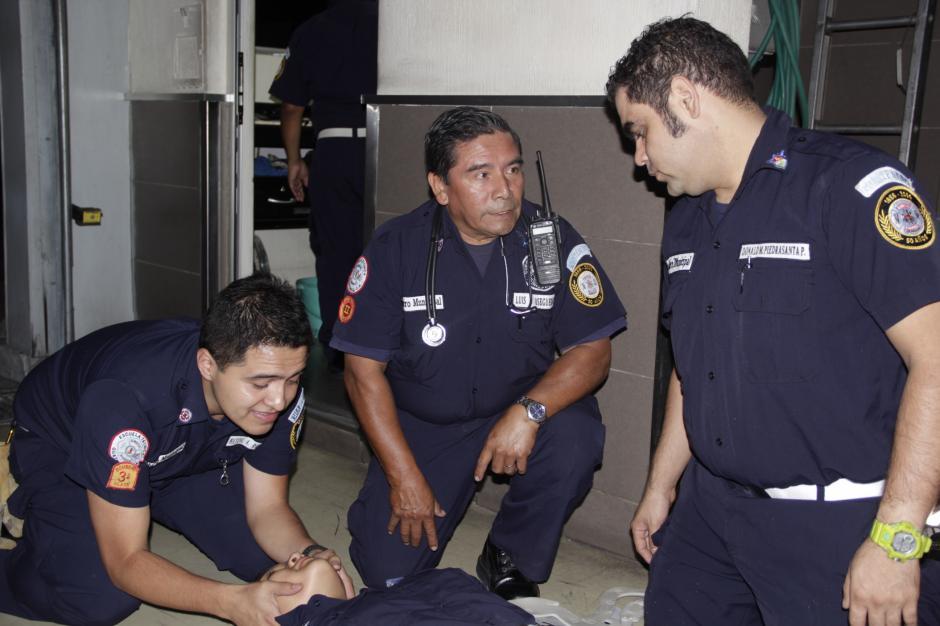 Luis Felipe Osegueda (centro) recuerda que hace 18 años atendieron una emergencia similar en el Cambray II. (Foto: Fredy Hernández/Soy502)