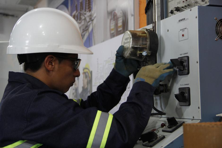 Uno de los trabajadores del laboratorio analiza si uno de los contadores está en las condiciones necesarias para ser instalado en un hogar.(Foto: Fredy Hernández/Soy502)