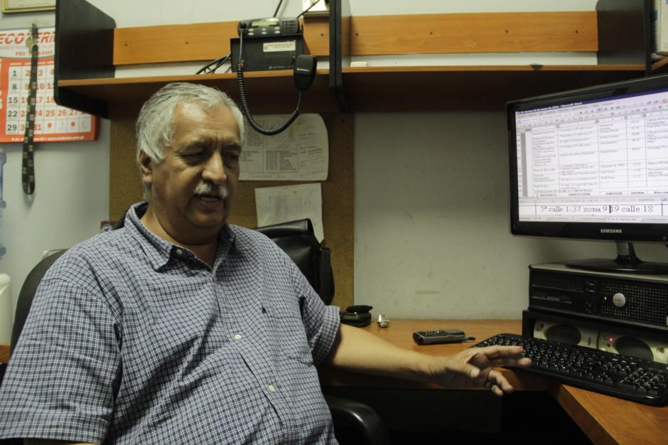 Sergio al igual que sus compañeros dan referencias de direcciones de la capital a través de la central de radio. (Foto: Fredy Hernández/Soy502)