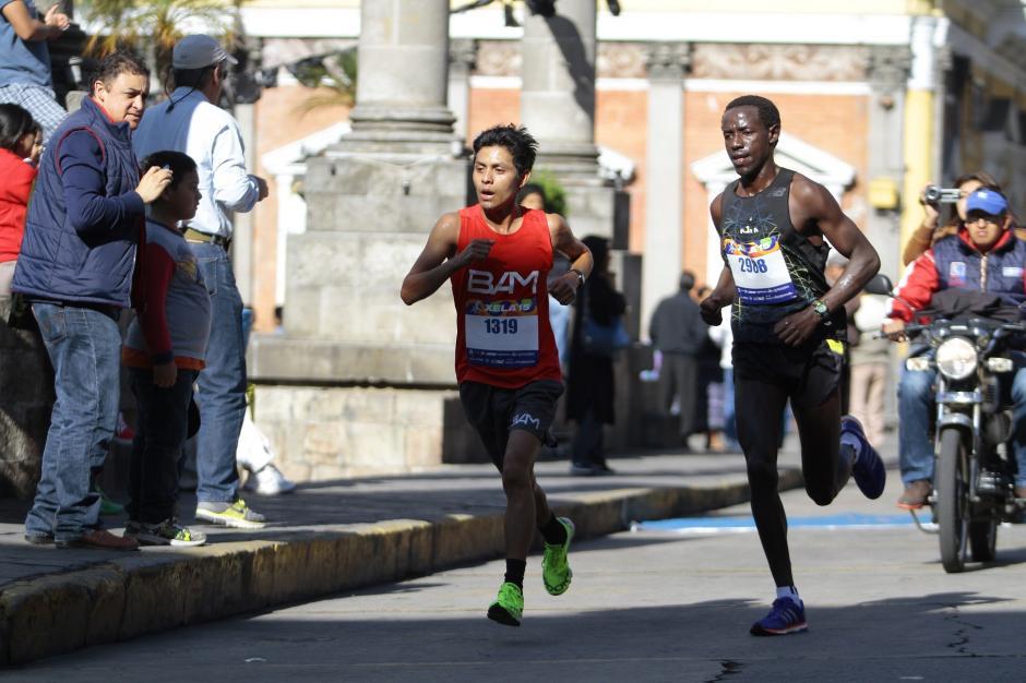 Por momentos Julajú tomó ventaja ante el keniano Kiprot y estuvo cerca de ganar la carrera. (Foto: Gustavo Rodas/Nuestro Diario)