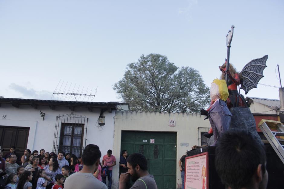 Los visitantes retrataron por última vez a la figura antes de ser quemada. (Foto: Fredy Hernández/Soy502)