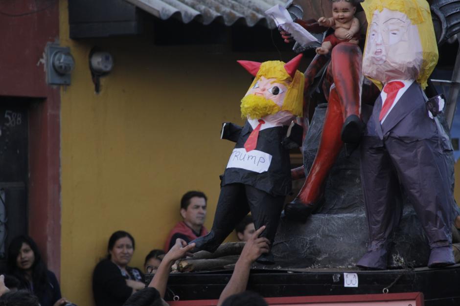 Dos piñatas de Donald Trump también fueron consumidas por las llamas. (Foto: Fredy Hernández/Soy502)