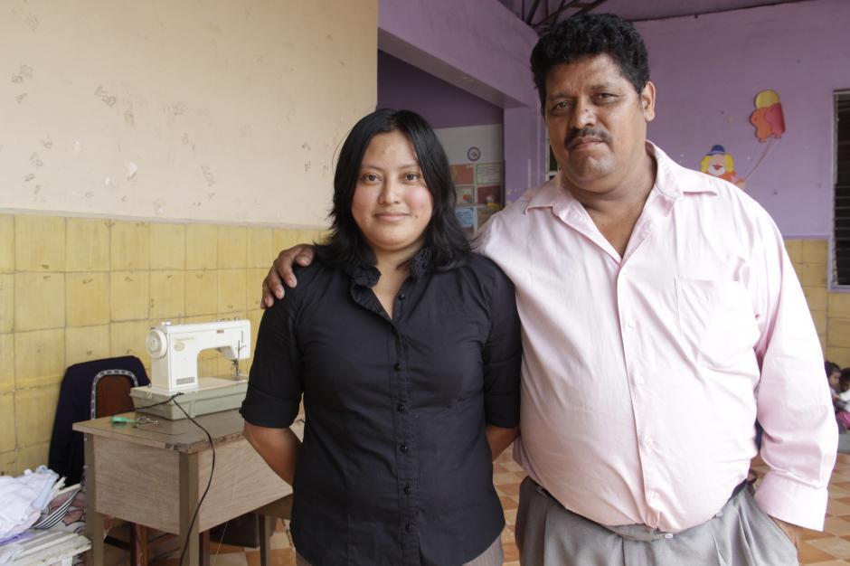 Los esposos Adalberto González y Esther López agradecen el apoyo de la sociedad para formar y educar a su hija.(Foto: Fredy Hernández/Soy502)