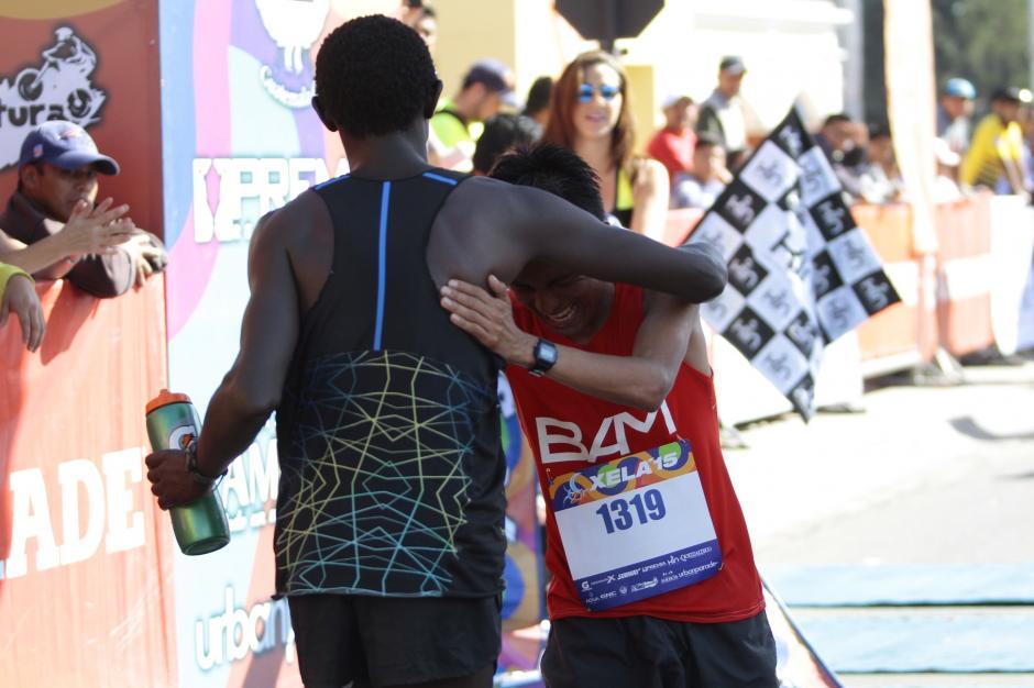 El keniano Kiprot y el sololateco Julajú, se abrazan tras entrar a la meta como el primer y segundo lugar, respectivamente. (Foto: Gustavo Rodas/Nuestro Diario)