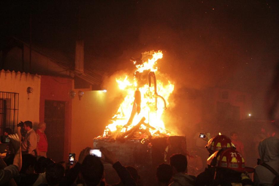 A las seis de la tarde se consumió la figura de la Diabla. (Foto: Fredy Hernández/Soy502)