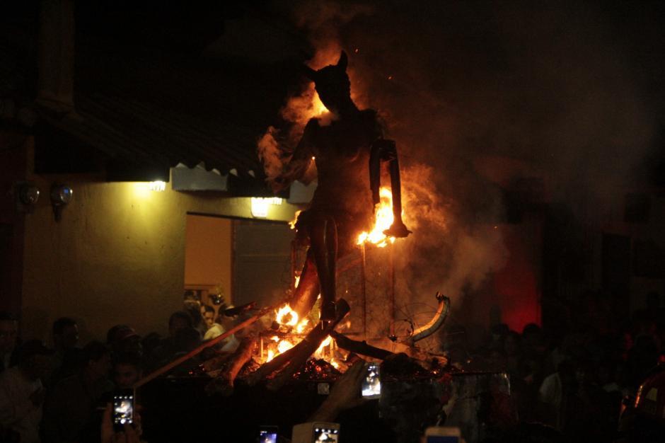 La Diabla de Antigua se consumió presa de las llamas. (Foto: Fredy Hernández/Soy502)
