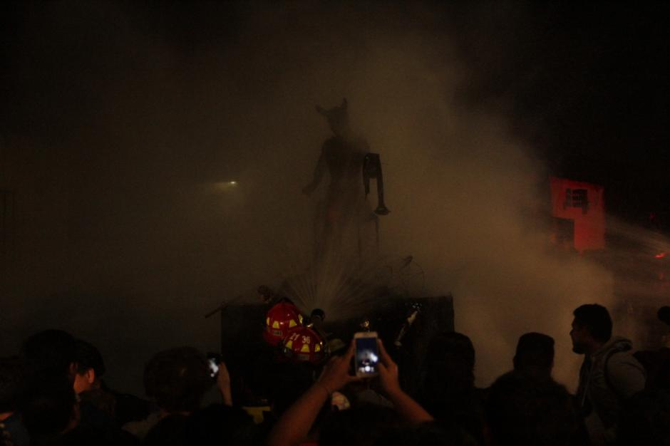 Los bomberos apagaron las llamas tras varios minutos de la fogata. (Foto: Fredy Hernández/Soy502)