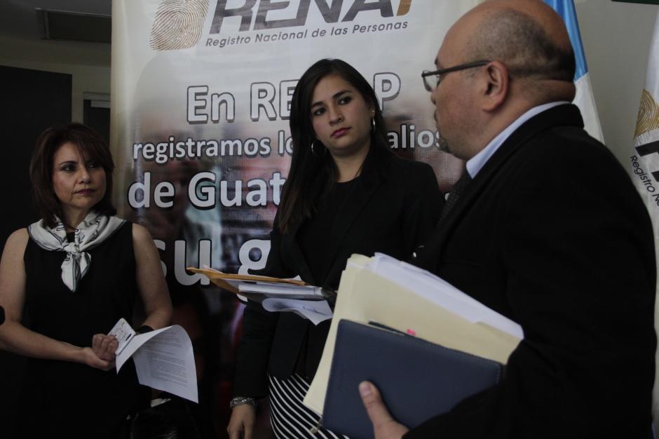 Autoridades del Renap reciben las máquinas para realizar el proceso. (Foto: Fredy Hernández/Soy502)