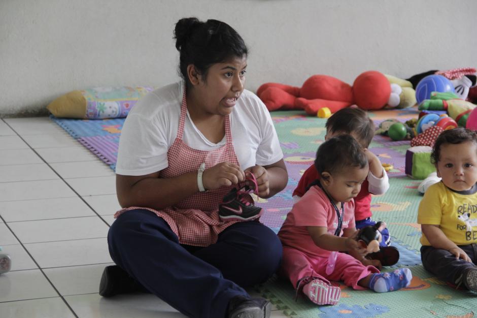 Al finalizar sus clases, las estudiantes llegan a las distintas casas del niño para hacer sus prácticas.(Foto: Fredy Hernández/Soy502)