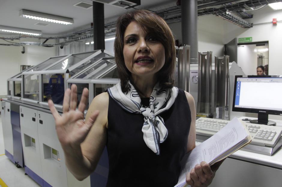 Claudia Marín, representante de Easy Marketing, asegura que están satisfechos por cumplir con el contrato de emisión del DPI. (Foto: Fredy Hernández/Soy502)