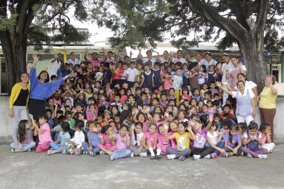 Los niños y las enfermeras forman una familia numerosa que cumplirá 95 años de servicio a la sociedad. (Foto: Fredy Hernández/Soy502)