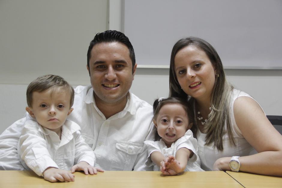 La familia Palencia pide ayuda para combatir la enfermedad de la pequeña. (Foto: Fredy Hernández/Soy502)