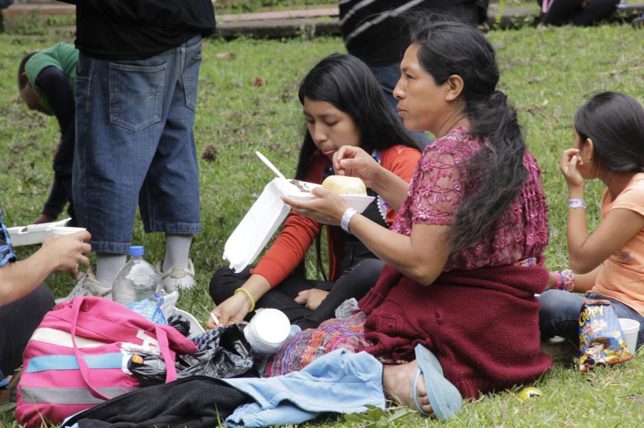 Algunas personas aprovecharon la visita a la finca de San José Pinula para desayunar al aire libre.(Foto: Fredy Hernández/Soy502)