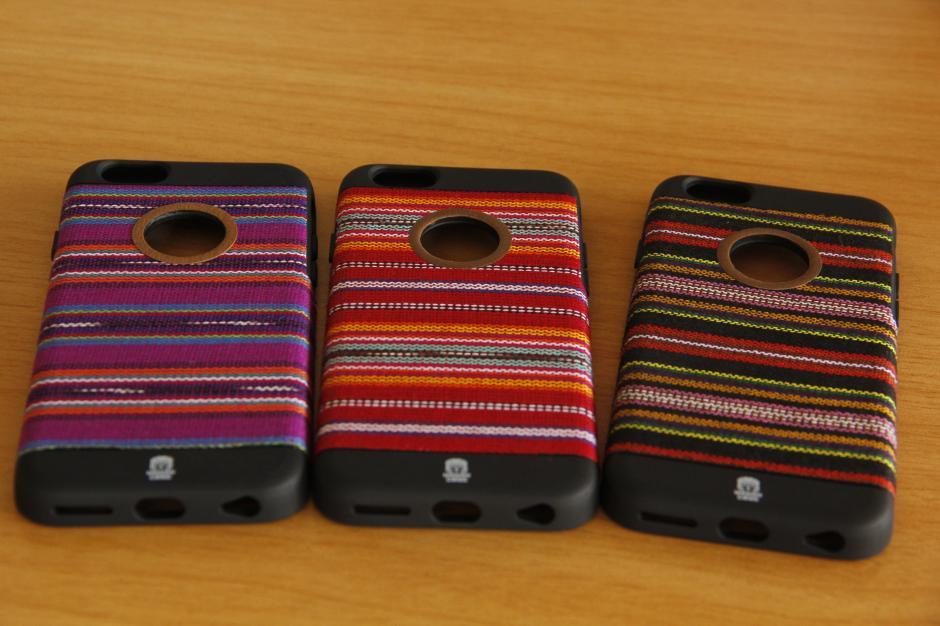 Los cases para iPhone son los más populares, aunque también tienen variedad para Samsung y otras marcas.(Foto: Fredy Hernández/Soy502)