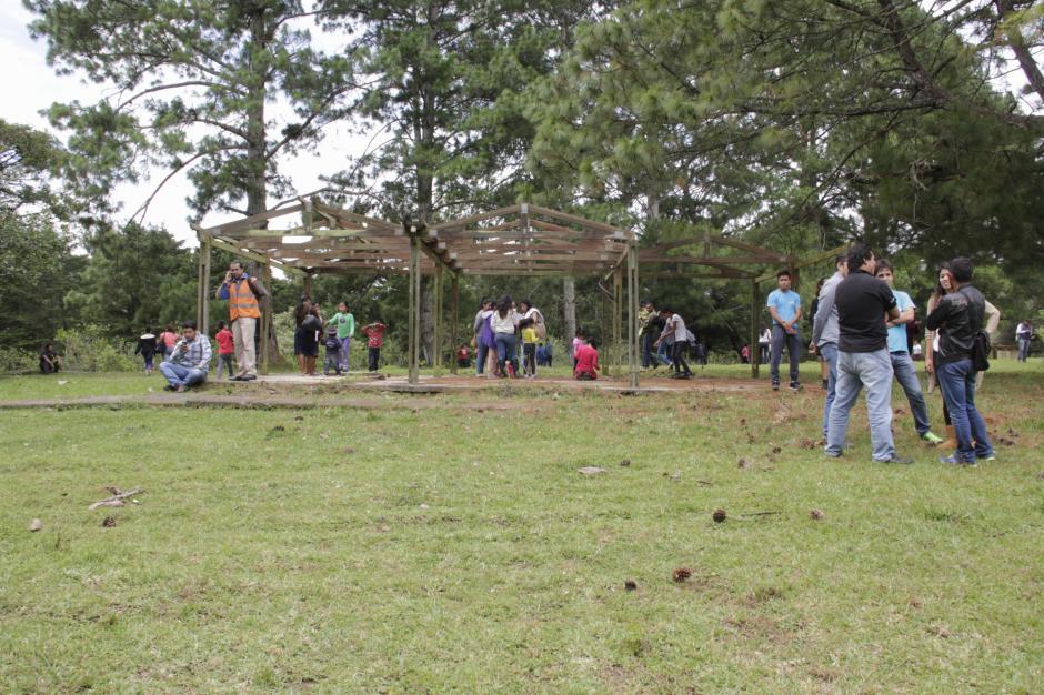 Más de 250 vecinos de El Cambray II recorrieron tres fincas para establecer en que lugar construirán los pilares de su nuevo hogar. (Foto: Fredy Hernández/Soy502)
