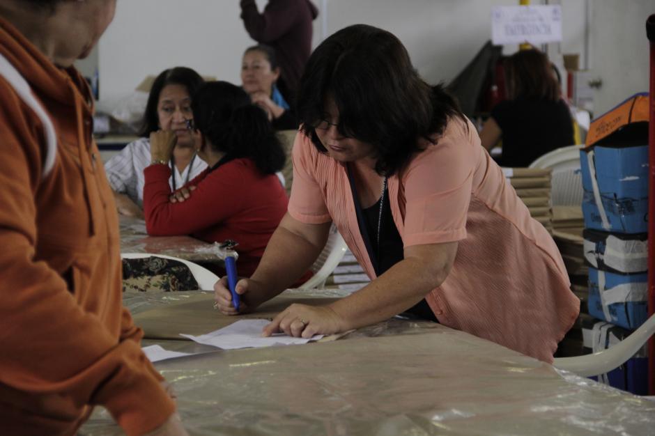 Los trabajadores identifican cada uno de los insumos con marcadores y letras grandes para evitar confusiones al momento de embalarlos.(Foto: Fredy Hernández/Soy502)