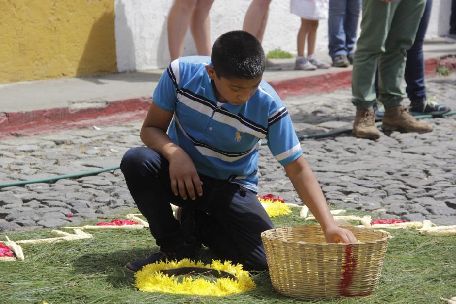 Otras alfombras fueron hechas con pino y flores. (Foto: Fredy Hernández/Soy502)
