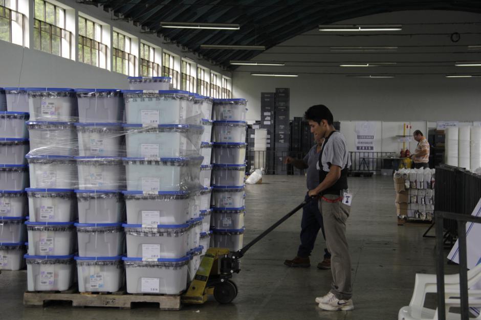 Los trabajadores del TSE trabajan con el tiempo suficiente para el envío del material electoral que es distribuido a nivel nacional para la segunda vuelta de este 25 de octubre. (Foto: Fredy Hernández/Soy502)