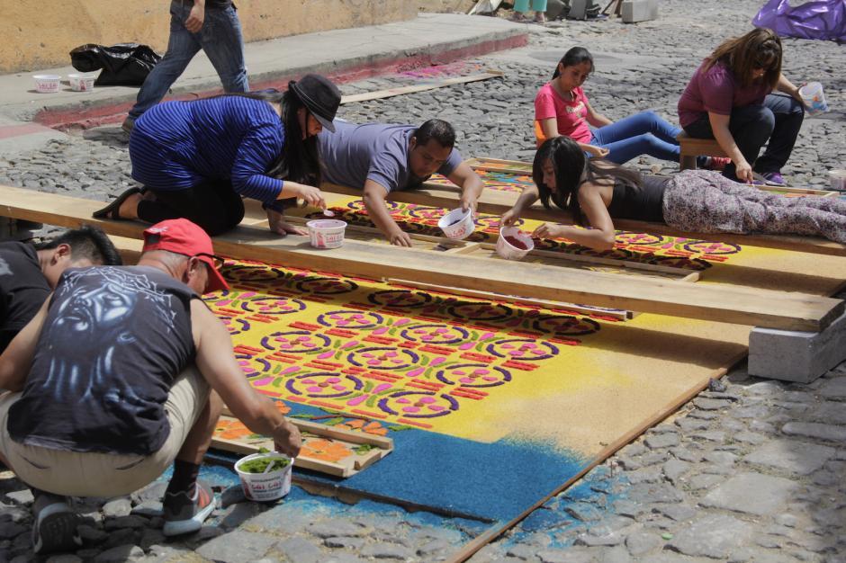 Las familias se reúnen y crean diseños espectaculares. (Foto: Fredy Hernández/Soy502)